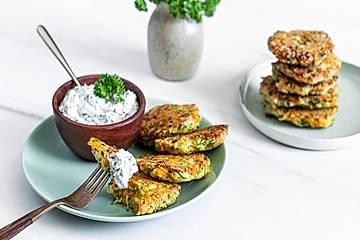 Zucchini-Möhren-Puffer mit Kräuter-Joghurt-Creme