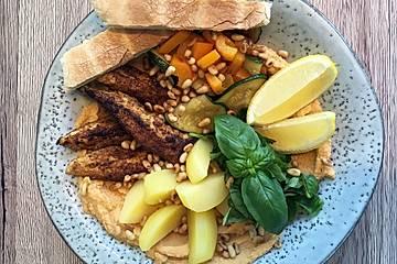 Hummus-Bowl mit Huhn, Zucchini und Paprika