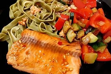 Asiatisch marinierter Lachs aus dem Backofen mit Paprika-Zucchini-Gemüse und Bandnudeln