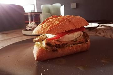 Sommerlicher Hähnchen-Burger mit Tomate-Mozzarella