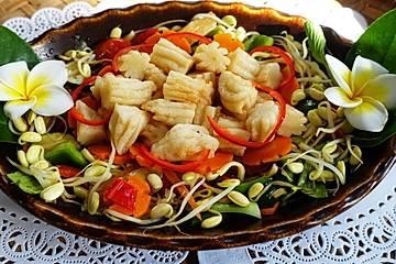 Gebratene Nudeln mit Gemüse und Fischbällchen