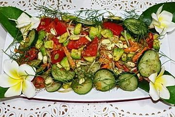 Würziger, gemischter Salat mit Avocado und Sojasprossen