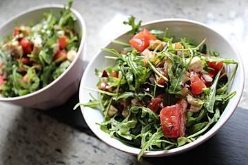 Rucolasalat mit Tomaten, Mozzarella und Kernen