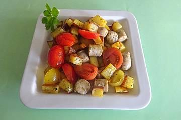 Bratwurst und Kartoffeln aus dem Ofen