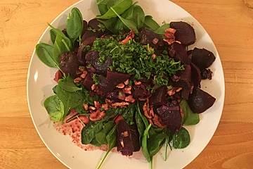 Rote Bete mit Röstzwiebeln und Walnüssen auf frischem Spinatbeet
