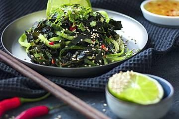 Wakame-Algensalat mit Limette und Gurke
