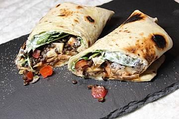 Wrap mit Belugalinsen, Spinat und Champignons