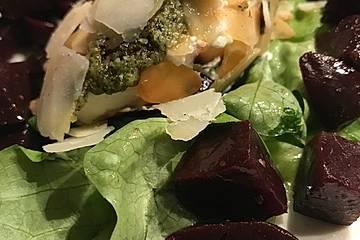 Rote Bete-Salat mit Ziegenfrischkäse und Walnusspesto