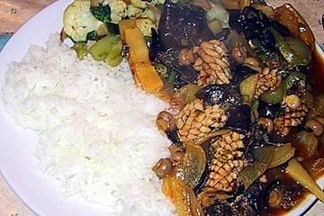 Tintenfisch-Röllchen mit schwarzen Bohnen und Gemüse auf chinesische Art