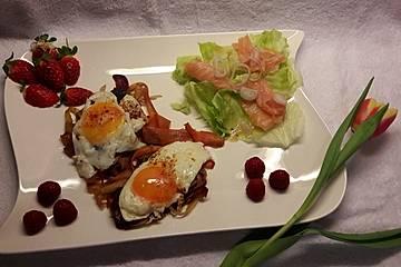 Karottennudeln mit Eiern, dazu Salat mit Lachs