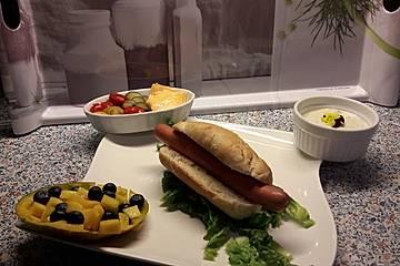 Hot Dog mit selbst gemachten Brötchen und Sauce