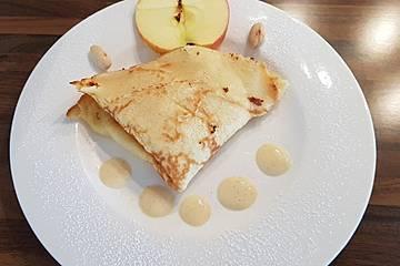 Mandel-Crêpes gefüllt mit Apfelscheibchen mit Vanillesoße