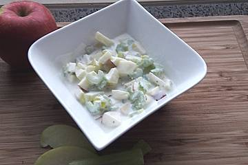 Apfel-Sellerie-Joghurt-Salat
