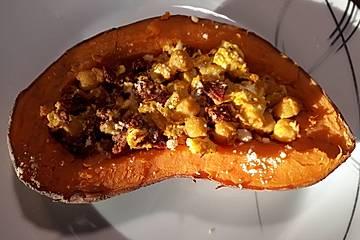 Gefüllte Süßkartoffeln mit Kichererbsen, Tomaten, Curry und Feta
