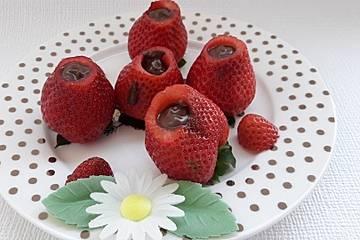 Schokolade versteckt in Erdbeere