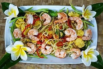 Thailändische Eiernudeln mit Garnelen und Blütenkohl