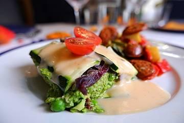 Zucchini-Lasagne mit Erbsen-Basilikum-Pesto und karamellsierten Zwiebeln