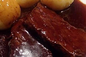Schweinebraten mit Rotwein-Gemüse-Reduktion