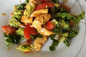 Lauwarmer Salat mit karamellisierten Honig-Senf-Hähnchenstreifen