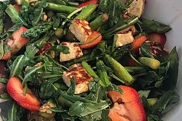 Sommersalat mit grünem Spargel, Erdbeeren und Halloumi
