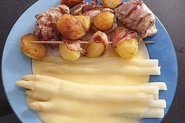 Schweinefilet und Grillkartoffeln im Speckmantel mit Sauce Hollandaise