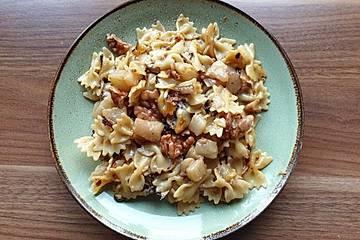 Farfalle mit Gorgonzola, Birnen und Walnüssen