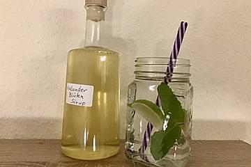 Wasser aromatisiert mit Limette, Holunderblütensirup und Minze