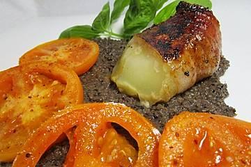Handkäse im Speckmantel mit schwarzer Olivenpaste und karamellisierten Tomaten