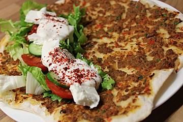 Türkisches Lahmacun aus dem Ofen