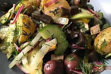 Kartoffelsalat mit Dill, Oliven, roten Zwiebeln und Gurke