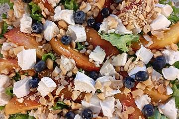 Salat mit gebratenen Nektarinen, Ziegenkäse, Blaubeeren und Cashewkernen