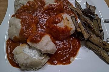 Kartoffelklößchen mit Schafskäsefüllung und Tomatensauce