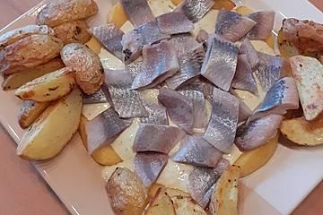 Matjes auf Curryjoghurt mit Äpfeln und Kartoffeln