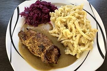 Vegane Rouladen mit Spätzle und Rotkohl