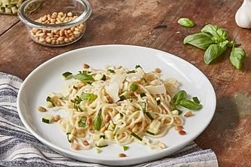 Konjak-Spaghetti mit Basilikum-Zucchini-Pesto