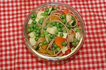 Nudelsalat mit Kräutern und Zitrone