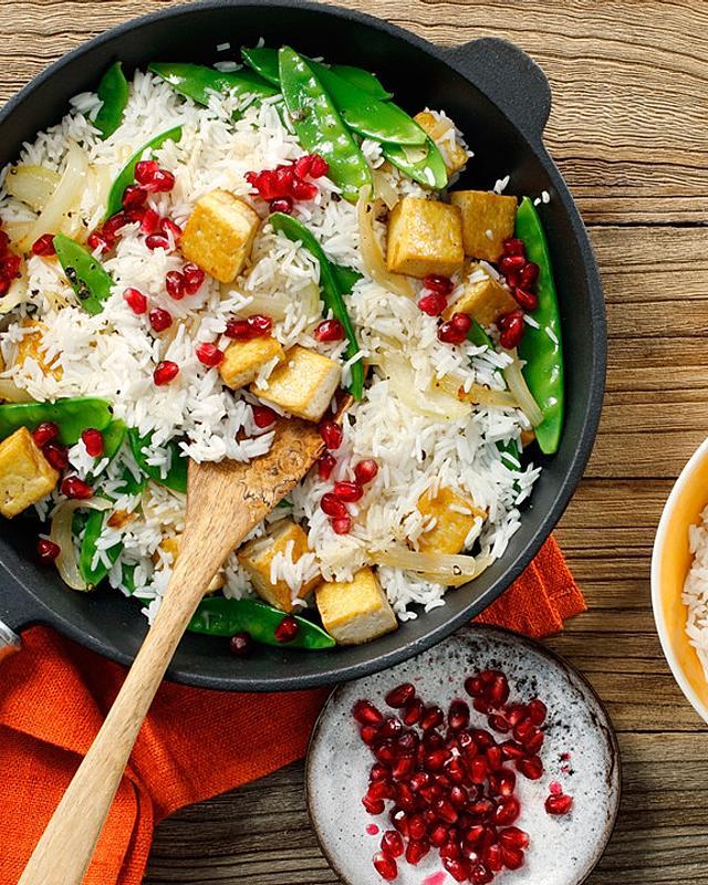 Würzige Reispfanne mit Tofu und Granatapfelkernen
