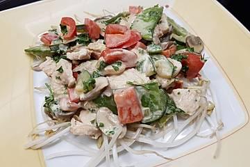 Putenfilet mit Gemüse auf Mungobohnensprossen