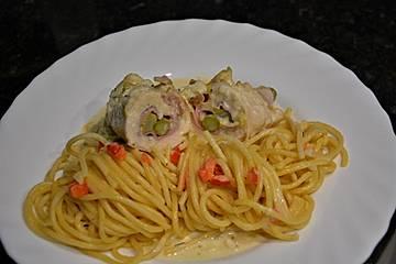 Hühnerrouladen mit Spargel-Schinken-Käse-Füllung und Paprika-Knoblauch-Obers-Spaghetti
