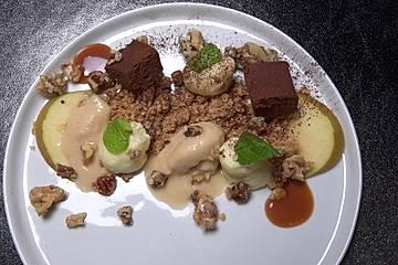 Bratapfelsorbet mit Zimtstreuseln, Schokoladenpraline, weißer Mousse und Salzkaramell-Nüssen