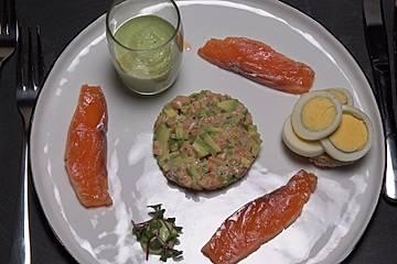 Duett vom Lachs mit Avocado-Espuma, Hickory-Ei und Focaccia