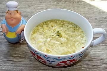 Crêpe-Streifen und Ei als Einlage für Hühnersuppe à la Didi