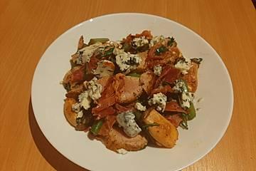 Gebratener Salat mit grünem Spargel, Kräuterseitlingen, Parmaschinken und Roquefort