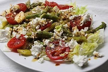Bunter grüner Spargelsalat mit Tomaten und Feta - einfacher Partysalat