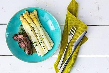 Bärlauch-Lammfilet mit Spargelsalat und Weißwein-Butter-Soße