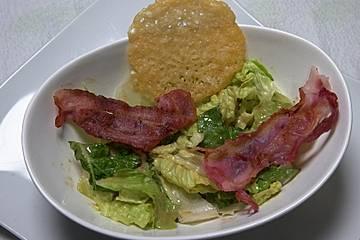 Caesar Salad mit gebratenem Bacon und Parmesantalern