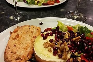 Leichter Salat mit gebratenem Ziegenkäsetaler und Lachs