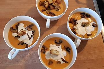 Möhrensuppe mit Kartoffeln und Pilzen