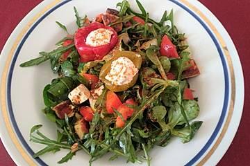 Drei Salatsorten mit Paprika und Käse