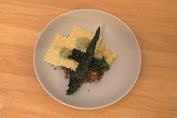 Mampf - Ravioli mit Grünkohlfüllung, dazu Pinkel, Grünkohlpesto, Chutney und Grünkohlchips